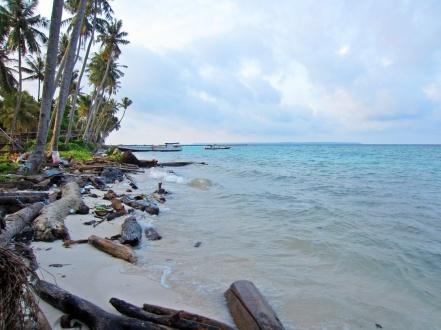 Pantai di belakang losmen