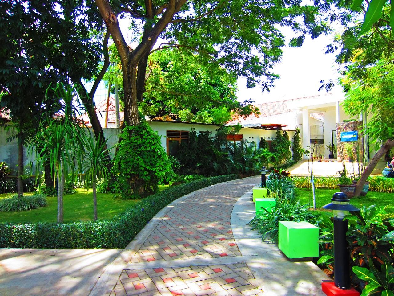wisata taman kota surabaya taman ekspresi the world as