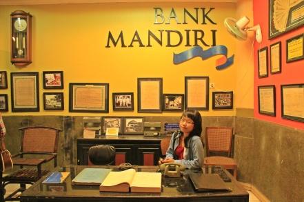 Selamat datang di Bank Mandiri... *ala resepsionis*