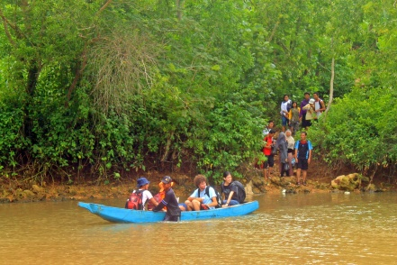 Menyeberangi sungai menggunakan perahu untuk menuju Pasetran Gondo Mayit