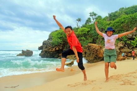 Tampang bahagia Ragil dan Fani yang jarang liat pantai :')