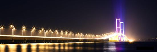 Suramadu at night. Source : Wikipedia
