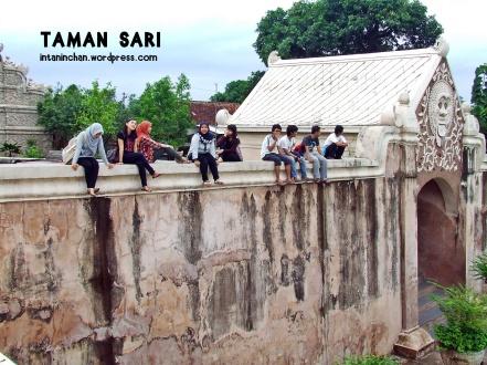 Nongkrong di tembok bareng pemuda2 desa :))