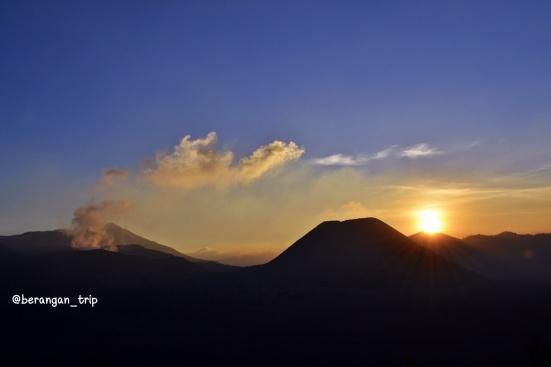 Sunset di balik Gunung Bromo