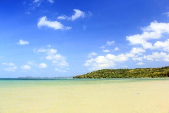 Laut biru dan pasir putih di sekitar Pulau Selayar